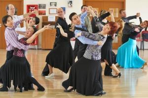 A felnőtt tánctanfolyamosok Zoli vezetésével éppen keringőznek