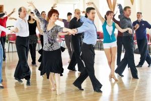 Felnőtt tánciskolásaink jó hangulatban éppen cha-cha-cha-t táncolnak